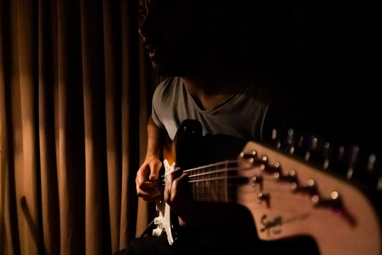 sugo music blog man learning guitar